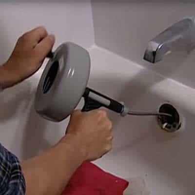 Dégorger une canalisation avec un furet de plomberie